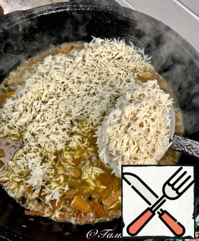 Rice. Drain the water and put the rice with a slotted spoon on top of the zirvak. Don't forget to align. Before laying the rice, do not forget to remove the garlic from the cauldron.