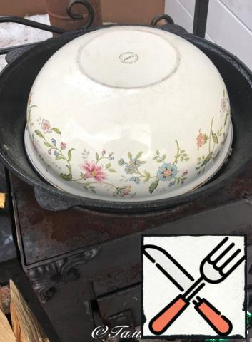 And cover the slide with a bowl. Cover very tightly so that nothing escapes from under the lid. There is no longer any fire under the cauldron. So the embers. Well, you can throw a few splinters. Twenty minutes, at least, it is necessary to bring the pilaf under the bowl.
