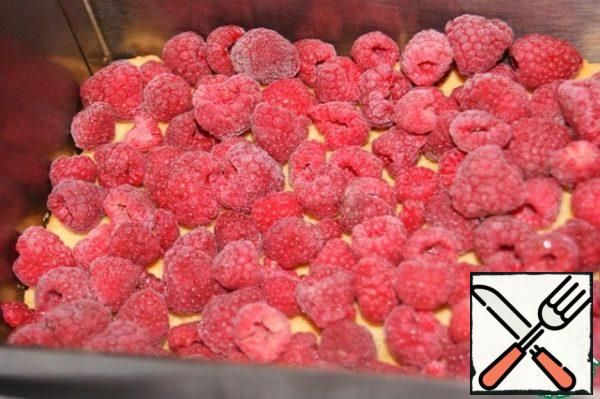 Line the frozen one!!! raspberry. This is necessary in order for the jelly to quickly set. Instead of raspberries, you can use strawberries, strawberries or cherries, but they must be frozen!