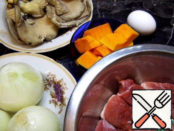 For minced meat, you will need meat, pumpkin and onions. You can add an egg, but this is not necessary. I put a little pumpkin, about 10% of the weight of the meat. Any mushrooms will do for the filling, I have oyster mushrooms.