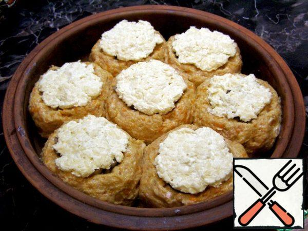 On top of each cutlet put cheese, grated on a large grater, and pre-mixed with sour cream. Put the form in the oven and bake the cutlets at 180-200*C until Golden brown, but not less than 20 minutes. Focus on your oven, I have cutlets cooked for 40 minutes. Tip: before baking, pour a little water on the bottom of the mold - you will get a great onion gravy with a sweet taste, which you can pour over the finished cutlets - it's delicious!