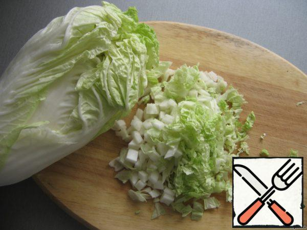 Tear the lettuce leaves with your hands. I cut them out of habit, but not very small.