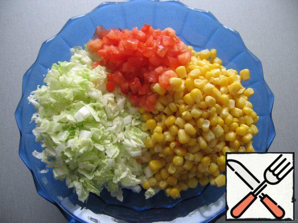 Add diced tomatoes and corn to the lettuce leaves. I very often do not add tomatoes, I like it better without them. :-)