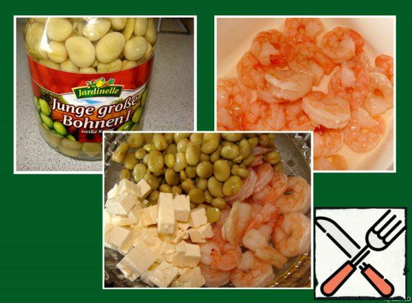 Drain the liquid from the beans, defrosted shrimp sprinkle with lemon juice and salt, cut the cheese into cubes.