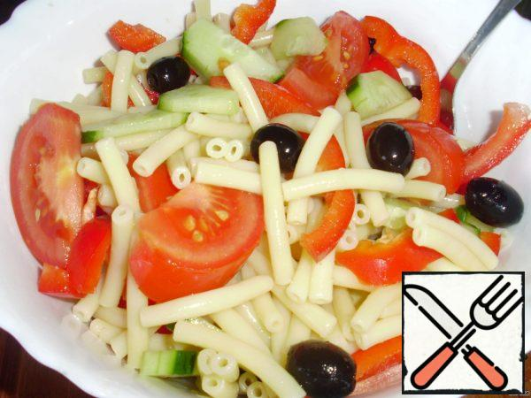Mix the ready-made noodles, paprika, tomatoes, cucumber and olives.