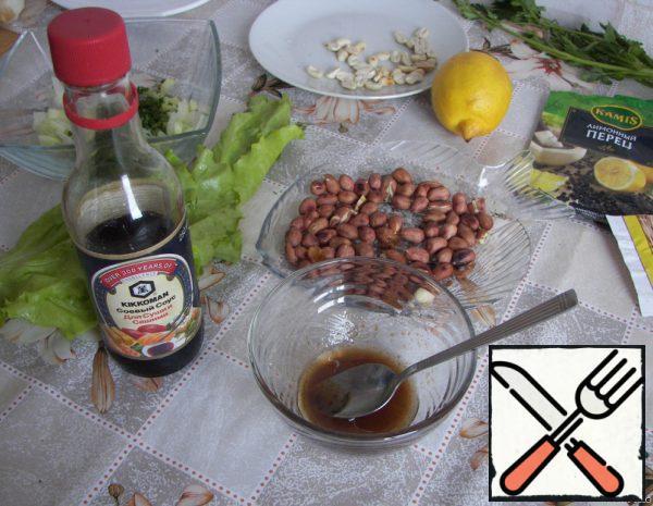 Prepare the sauce-mix vegetable oil, vinegar, soy sauce, salt in a bowl. Cut the greens.