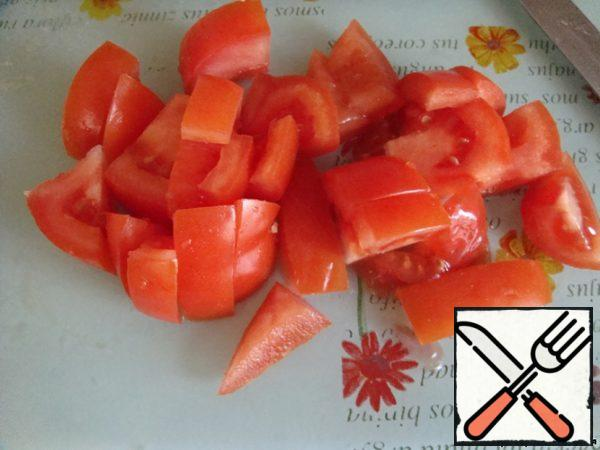 Cut the tomato into large squares.