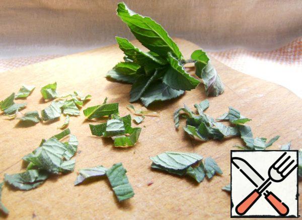 Chop the mint leaves.