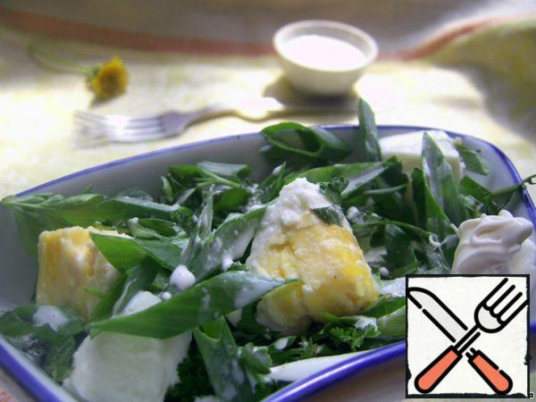 Dressing: 2 tablespoons of sour cream + salt, ground white pepper, ground coriander on the tip of a knife. (I tried: yogurt, olive oil and vegetable oil - best of all-low-fat sour cream)Mix and then pour over the salad or serve next to it.