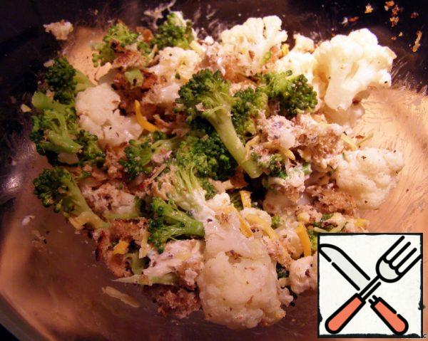 Mix the cabbage with the bread crumbs and add the grated cheese.