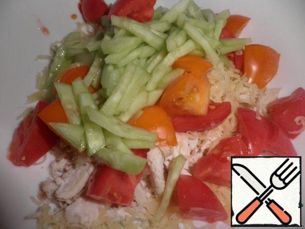 Cut the cucumbers into thin strips, put them in a deep bowl, sprinkle with salt and leave for 10-15 minutes. Each tomato is cut into 2 parts, cut into large pieces, add salt and put in a cool place for 10-15 minutes. Combine chicken fillet with cucumbers, tomatoes, garlic, cheese and mix thoroughly.