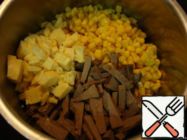 Drain the excess liquid from the corn. Cut the liver and omelet (as you like). Put the liver, omelet and corn in one container. If desired, you can also add sterilized mushrooms to the salad. Believe me, it will be delicious.
