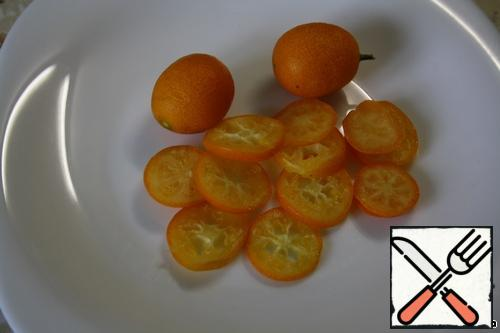 Cut the kumquat into circles, removing the seeds-kernels.