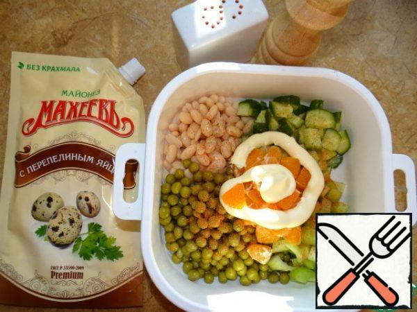 Separate the beans and peas in a strainer or colander and drain the excess liquid; Add not finely chopped cucumber, celery and tangerine;