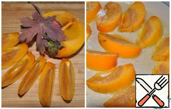 Wash the persimmon and remove the stalk, then cut it into 12 slices. Heat a frying pan, add the butter, put the persimmon slices in it and sprinkle sugar on top. Fry the slices on both sides over high heat to form a caramel on the surface. You need to turn the slices very carefully so that they remain intact. Spread the caramelized persimmon slices over the cabbage.