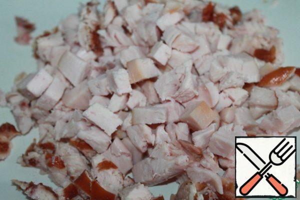 Remove the skin from the smoked chicken breast and cut into cubes. You can take boiled chicken, but it's much tastier.