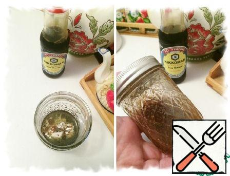 While the quinoa is cooking, we prepare the salad dressing. We send all the ingredients for dressing in a jar, close tightly and shake well, so that all the ingredients are combined.