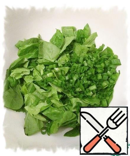 Wash the spinach, dry it (tear the large spinach leaves with your hands), add the onion to the spinach and mix.