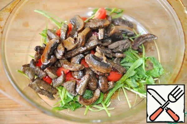 Add the liver with mushrooms along with the juice released during frying.