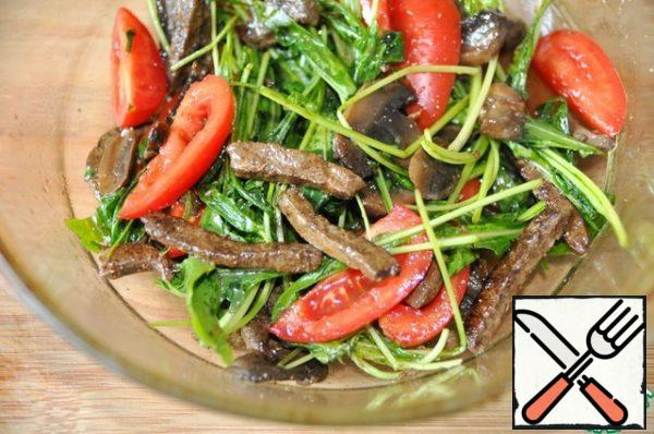 Sprinkle the salad with balsamic vinegar and sprinkle with freshly ground pepper mixture, mix.