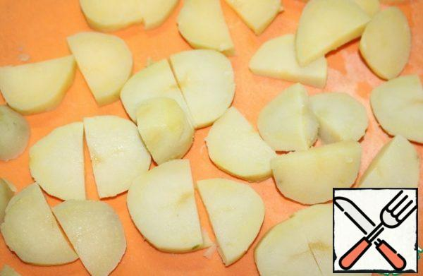 Cut the boiled potatoes into slices.