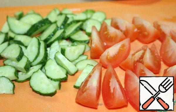 Сut onion and tomato.