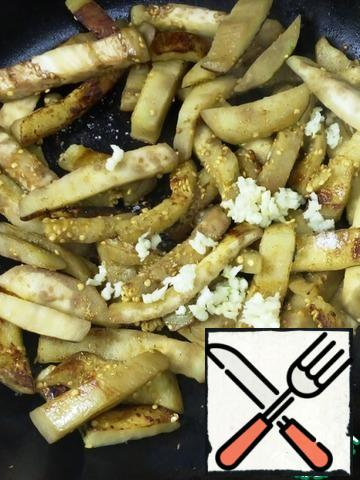 Fry in vegetable oil, add salt and pepper. A minute before cooking, add the garlic, crushed through a press.
