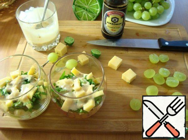Put the celery on the apples and pour the dressing with a spoon. Then cheese in a small cube, again-dressing. Grapes-top layer and pour the remaining dressing.