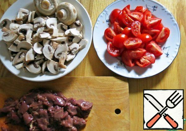 We will make preparations for the first stage of salad preparation. Wash the liver and cut it into small pieces. Cut the mushrooms randomly. Cherry cut in half, if small. If the average - 4 slices.