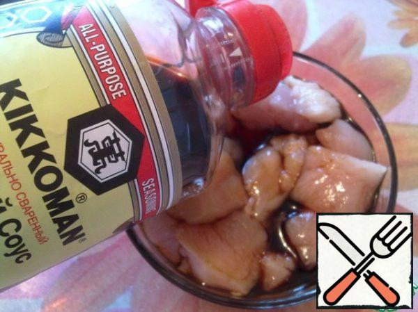 Mix the sliced chicken meat with three tablespoons of soy sauce.