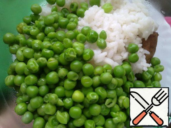 Boil the rice according to the instructions on the package. Boil the peas in boiling water.