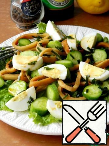 Put the squid, cucumber and egg on the lettuce leaves. Pour over the remaining marinade.