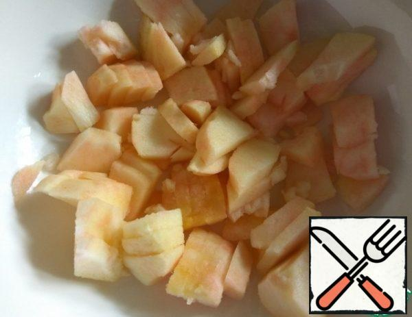 While the breast is frying, peel the Apple and slice it. Put it in a salad bowl.
