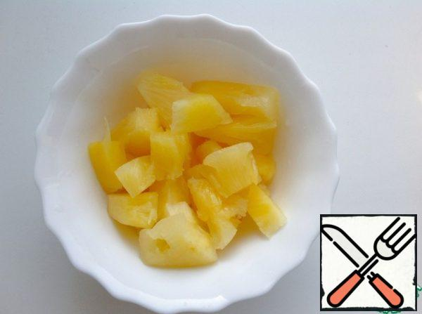 With pineapples drain the liquid and cut into small slices.