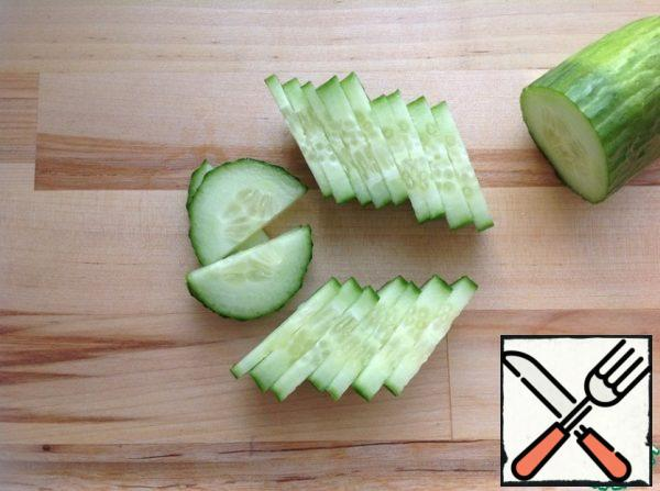 Wash the cucumber and cut it into thin semicircles.
