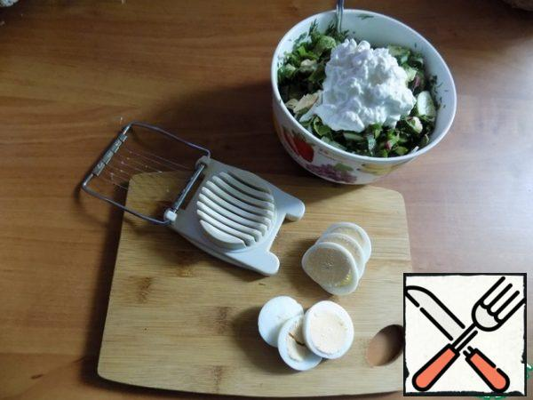 Salt and pepper, season with grainy cottage cheese and cream. To serve, I also cut the egg with a special device.