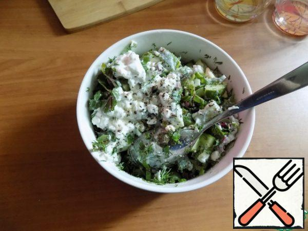Mix the salad in a salad bowl.