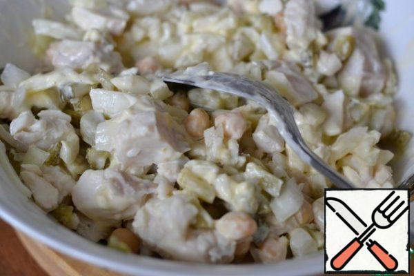 Add chickpeas and mayonnaise. Gently mix. You can add more mayonnaise, it all depends on your taste.