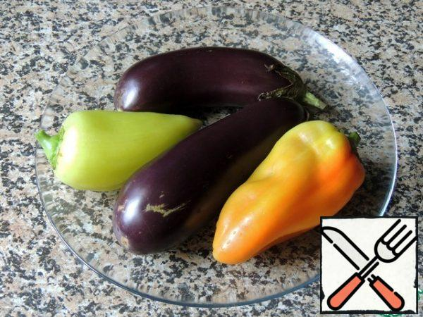 Wash the vegetables and chop the eggplants with a fork (to avoid an explosion). Bake in the oven on the grill for 15-20 minutes at 180 degrees.