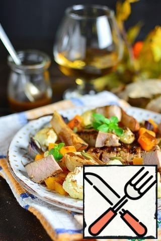 Still warm meat cut into cubes, combine with vegetables and pears, sprinkle with seeds and sprinkle with dressing. You can mix everything in a bowl with the dressing (add it to taste) and only then serve it warm.
