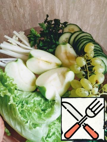 Cucumbers cut into rings, apples cut into thin slices, celery straws. Separate the grapes from the twigs and tear the salad with your hands. Put the vegetables and warm (but not hot, so that the salad does not wilt) polpetta on plates. You can pour the salad sauce or serve the sauce separately. Serve immediately. There are 90 calories in 100 grams.