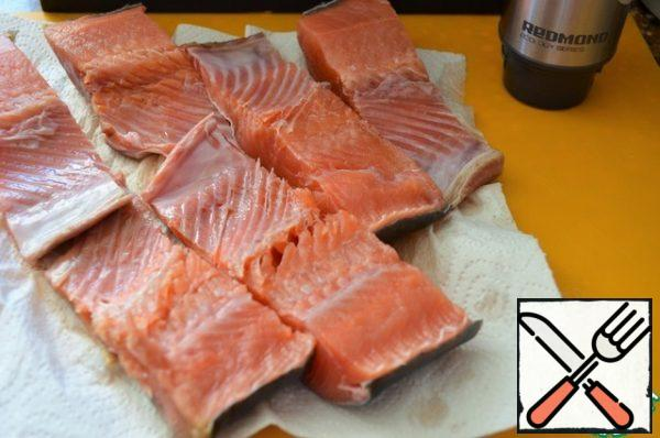 Clean the fish, cut into pieces, remove the spine. Wash and dry.
