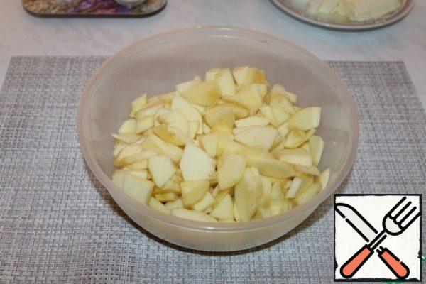 Apples are cleaned and cut into small thin plates.