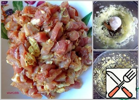 Cut the meat into small pieces and add 1 teaspoon of pork spice, mix and leave for 20 minutes. Chop the onion and garlic.