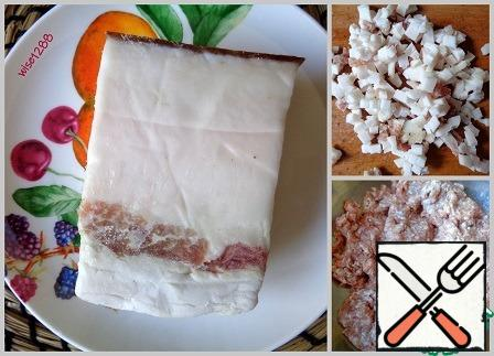 Cut the fat into small pieces. Transfer the minced meat to a Cup.