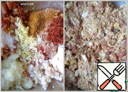"""To mince add pieces of pork, lard, onion, garlic, salt, the rest of the spices for pork and seasoning for barbecue, sour cream and water (if the mince is not dense, you can not add water). Mix everything. With this composition of sausage mass, each piece of meat and fat will be """"glued"""" due to minced meat. Let the sausage mass brew for at least 20 minutes."""