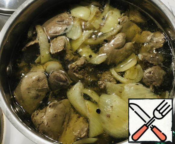Pour water into a saucepan, lower the liver into hot water, cook for about 30 minutes, then you can cut a piece of the liver so that there is no blood. Do not pour out the broth. The broth is transparent.