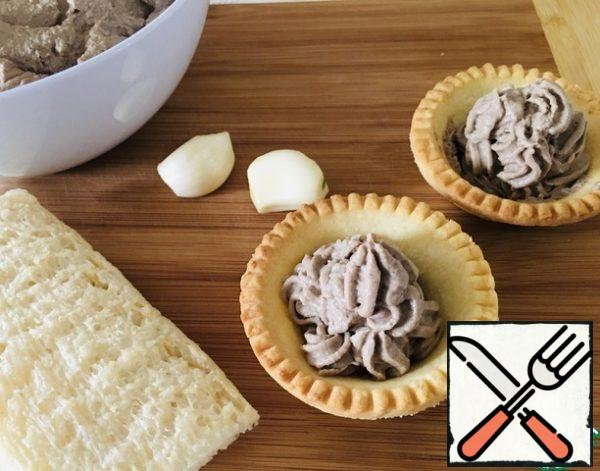 The pate is still warm, put it in a dish or container, let it cool, put it in the refrigerator. You can eat it and spread it warm on bread and crackers. Delicious when it cools down on the second and third day.