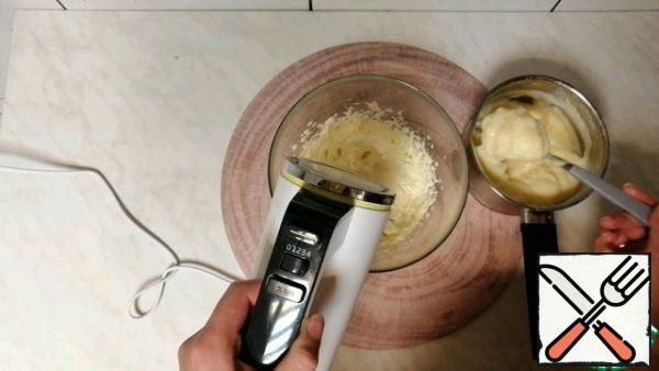 Then add 1 tbsp of cream, each time whipping well.