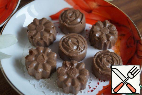 Take out the candy from the mold and enjoy a Cup of fragrant tea! While frozen like chocolate, when thawed, obtained as a delicate mousse. Stored the candy in the refrigerator.